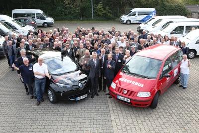 Rund 100 Gäste kamen mit 20 Fahrzeugen am 10. Oktober 2015 zum ersten landesweiten Vernetzungstreffen für Bürgerbusse in Rheinland-Pfalz in die Neubornhalle nach Wörrstadt. Zur Begrüßung posieren sie für den Fotografen. Foto: Alexander Sell/Projekt Bürgerbusse Rheinland-Pfalz